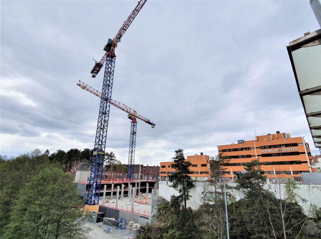 Foto av byggeplass med byggekraner