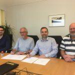Kontraktsignering ved bordet. Fra venstre: Stian Leithe, Jon Foss, Eskild Røsand, Svein Arne Strand