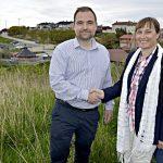 Handskake mellom Eskil Røsand fra Betonmast Røsand og Cathrine Lossius Sagli i Kristiansund kommune
