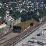 Illustrasjon av et verkstedbygg på en togstasjon