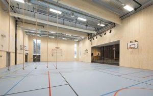 Foto av gymsal med synlige massivtrevegger