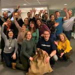 Foto av et team på 17 personer - vinnere av pepperkakehuskonkurransen 2019