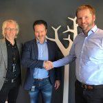 Handshake etter kontraktsinngåelse. Fra venstre: Børge Aunaas, prosjektsjef Heimdal Bolig, Roar Munkhaugen, Adm. dir Heimdal Bolig og Tom Utvik, Daglig leder Betonmast Trøndelag.