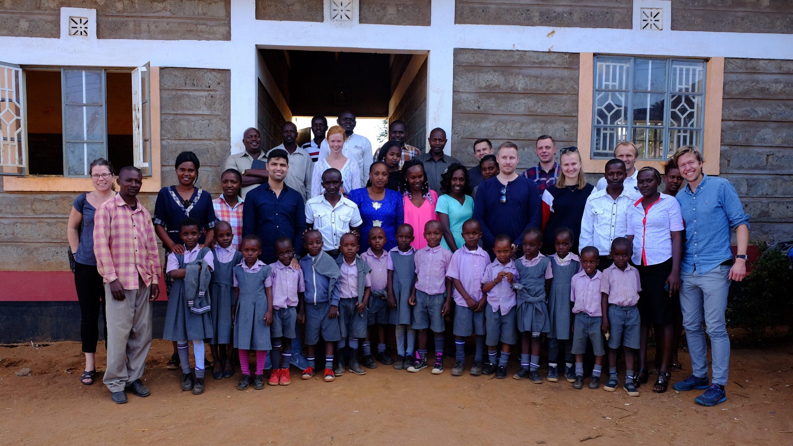 Afrikanske barn og voksne, sammen med flere medarbeidere fra Betonmast