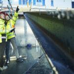 Kvinne og mann i synlighetstøy på byggeplass